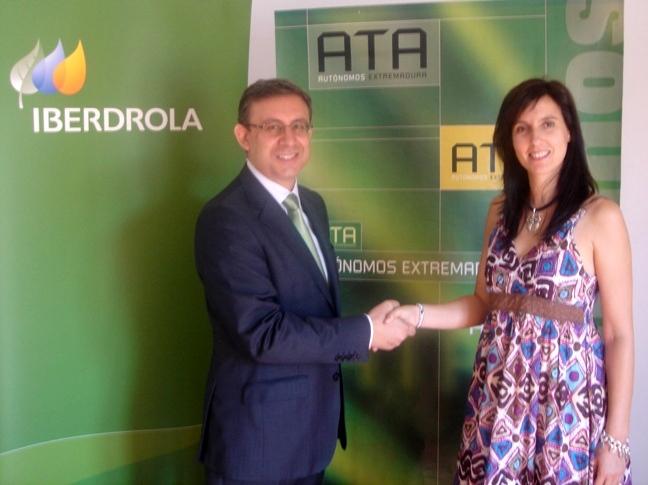Alberto Benito, delegado comercial de Iberdrola en Extremadura y Raquel de Prado, presidenta de ATA Extremadura
