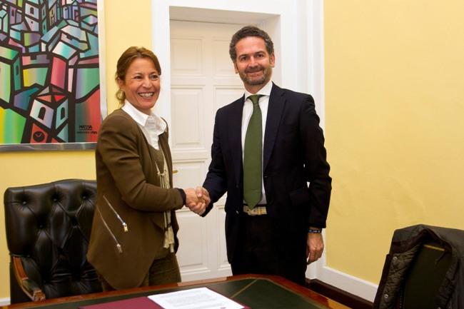 Elena Nevado, alcaldesa de Cáceres, con el delegado comercial de Iberdrola en Extremadura y Andalucía, Alfonso Calderón.