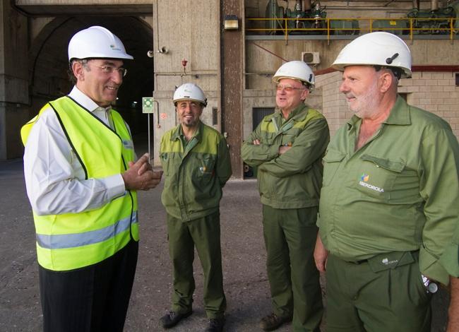 El presidente de Iberdrola, Ignacio Galán, junto a trabajadores de la Central hidroeléctrica José María de Oriol en Alcántara.